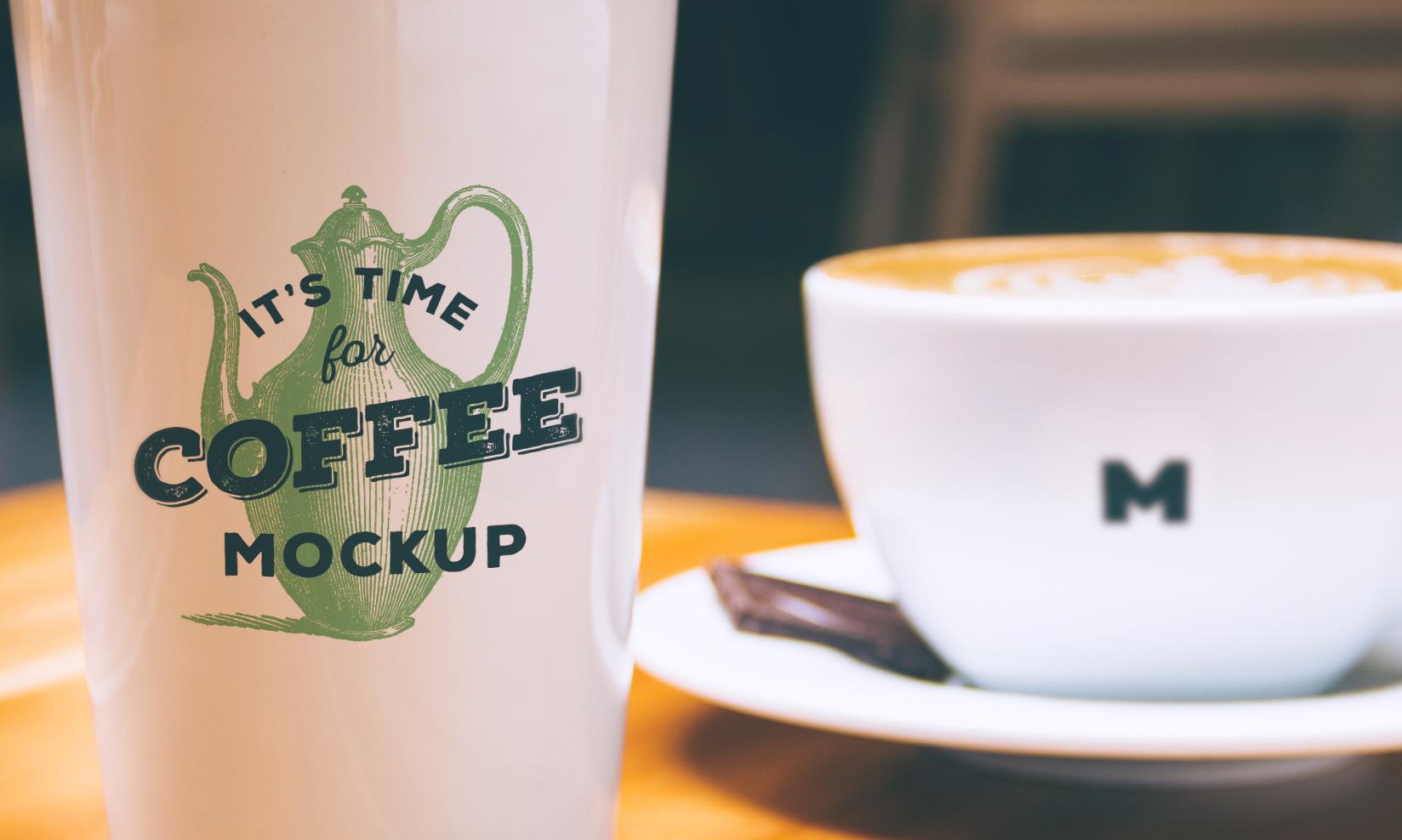 Красивая фотография чашки и бумажного стаканчика для кофе или чая с фирменным брендингом