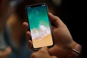 iphone X в руках мокап бесплатный free mockup