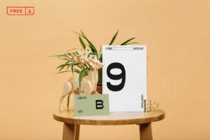 бесплатный мокап табличка, карточка, на столе, открытка, пригласительный