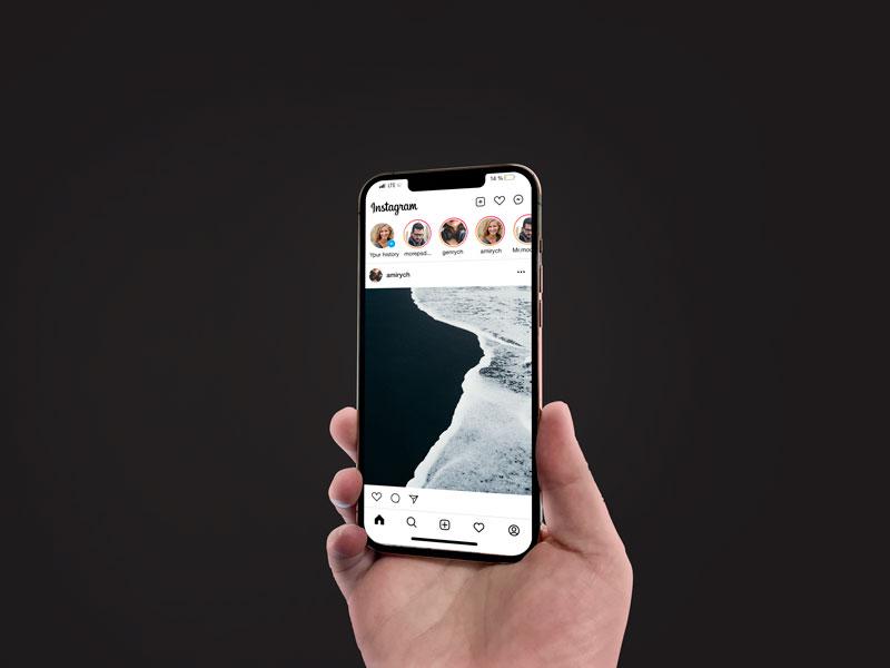 инстаграм мокап в телефоне iPhone 12 в руке скачать